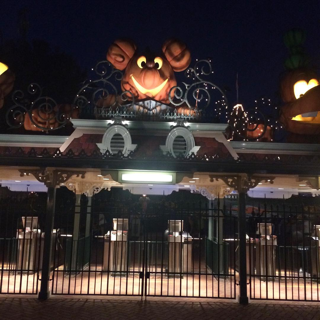 Disneyland is all dressed up for Halloween! Halloweentime MyPrintlyMoms